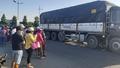 Xe máy va chạm bị kéo vào gầm xe tải, 2 người tử vong tại chỗ