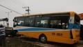 Xe tải tông xe buýt rơi khỏi cầu