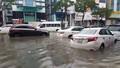 Mưa ngập nhà, đường Đà Nẵng dập dềnh nước như sông