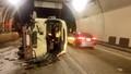 Lật ô tô khách tại cửa hầm Hải Vân