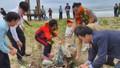Diễn viên Lý Hùng nhặt rác tại biển Quảng Nam