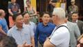 Khẳng định điểm đến an toàn, Chủ tịch tỉnh Quảng Nam dạo phố, nói chuyện với du khách