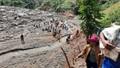 Cảm động hình ảnh gùi, cõng hàng tiếp tế người dân bị cô lập ở Phước Sơn