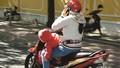 Báo động tình trạng dùng điện thoại khi lái xe trên đường Hà Nội