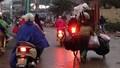 Nguy cơ mất an toàn giao thông vì xe rác quá tải ở Hà Nội