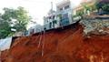Nhiều nhà dân bị đổ do mưa đá và sạt lở