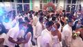 Hàng trăm cặp vợ chồng hôn nhau qua khẩu trang phòng Covid-19