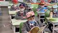 Học sinh Trung Quốc đội mũ 'giãn cách' sau khi quay trở lại trường học