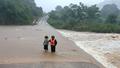 Hình ảnh đường ngập nước, lũ dâng ngang nhà dân ở miền Trung