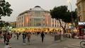 Phố đi bộ Hà Nội nhộn nhịp trở lại, khách và người bán hàng 'quên' đeo khẩu trang