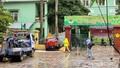 Ô tô mất lái tông đổ hàng rào sắt lao vào trường mầm non ở Hà Nội