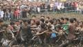 Náo động cả vùng cảnh hàng trăm trai tráng tay không lao vào cướp Phết Hiền Quan