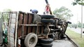 Giải cứu tài xế bất tỉnh trong cabin xe tải bị lật