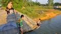 """Hơn 500 người Hà Nội """"liều mình"""" tắm trong hồ nước sâu hơn 20 mét"""