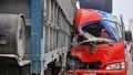 Ô tô khách đâm vào xe tải, một người tử vong