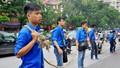 Thanh niên tình nguyện dùng dây thừng bảo vệ sĩ tử