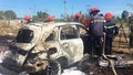 Đâm gãy cột đèn, ô tô Mercedes cháy trơ khung