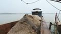 Bắt quả tang 4 tàu lớn khai thác cát trái phép trên sông Hồng