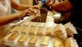 Vàng thế giới tiếp tục 'chạm đáy' kéo theo vàng trong nước giảm