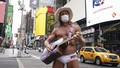 'Naked Cowboy' vẫn đàn hát mỗi ngày giữa New York vắng vẻ