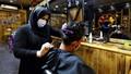 Người phụ nữ đầu tiên làm việc tại tiệm cắt tóc ở Iraq