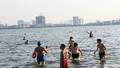Nắng nóng, người Hà Nội biến hồ Tây thành bãi biển