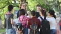 """Giới trẻ""""hóng chuyện"""", học tiếng Anh miễn phí ở Hồ Gươm"""