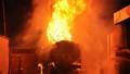 Xe bồn tiếp xăng dầu bốc cháy ngùn ngụt cạnh cây xăng