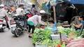 Người dân Thủ đô vẫn tập trung đông người ở chợ tạm, chợ cóc