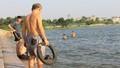 """Nguy hiểm rình rập từ """"bể bơi miễn phí"""" hồ Tây"""