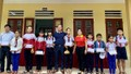 Văn phòng đại diện báo Pháp luật Việt Nam khu vực Bình Trị Thiên tặng quà cho học sinh vùng lũ