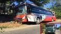 Đánh lái sang vệ đường, tài xế xe khách khiến 19 hành khách trên xe 'hú vía'