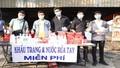 Sinh viên tình nguyện tặng khẩu trang miễn phí cho người dân