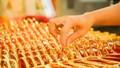 Vàng vọt lên mức 61,42 triệu đồng/lượng, người dân thận trọng trong giao dịch