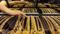 Rơi tự do, giá vàng trong nước lùi về gần mức giá vàng thế giới