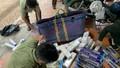 Ngụy trang hàng nghìn bao thuốc lá ngoại nhập lậu trong các bó rau