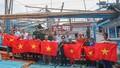 Tặng cờ Tổ quốc - ngư dân thêm vững tin bám biển