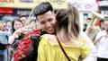 Cặp đôi gây choáng khi cầu hôn giữa phố với sự 'giúp sức' của 70 nghệ sĩ