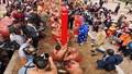 Trình diễn nghi lễ 'kéo co ngồi' tại đền Trấn Vũ