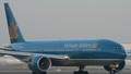 Máy bay Vietnam Airlines suýt đâm máy bay quân sự trên vùng trời Tân Sơn Nhất