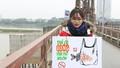 Nhiều tình nguyện viên hướng dẫn người dân thả cá chép tiễn ông Táo