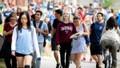 Vì sao quy định du học sinh tại Mỹ bị trục xuất nếu trường chỉ dạy online bị dư luận chỉ trích?