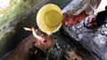 Kỳ lạ giếng khoan châm nước bùng lửa nấu được lẩu suốt 10 năm
