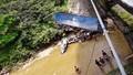 Xe tải tông gãy lan can cầu lao xuống suối, tài xế bị thương nặng