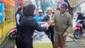 Đoàn Thanh niên phường Minh Khai, Hà Nam phát khẩu trang, nước rửa tay miễn phí cho người dân