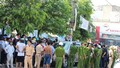 Xe biển xanh bị hàng trăm người dân bao vây đã được thả về