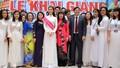 Hoa hậu Đỗ Mỹ Linh rạng rỡ về thăm trường cũ