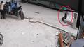 Truy tìm danh tính người đàn ông chạy đón xe buýt chết dưới hố ga