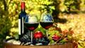 Mở chai rượu vang bằng tay khi không có khui