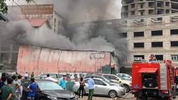 Cháy xưởng in trên phố Định Công, bên trong có loạt xe tiền tỉ